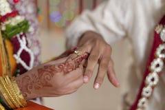 Indische Hindoese Bruid en Bruidegom die trouwring in maharashtra huwelijk ruilen. Royalty-vrije Stock Foto