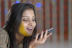 Indische Hindoese Bruid met kurkumadeeg op gezicht. Stock Foto's