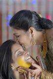Indische Hindoese Bruid met kurkumadeeg op gezicht & moeder kussende bruid. Royalty-vrije Stock Fotografie