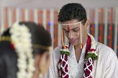 Indische Hindoese Bruidegom die Bruid in maharashtra huwelijk bekijken Royalty-vrije Stock Afbeelding