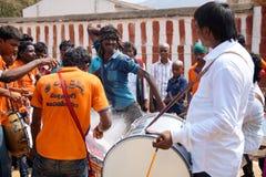 Indische Hindoese mens die tijdens viering van blokkenwagenfestival dansen, Ahobilam, India Royalty-vrije Stock Afbeelding
