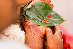 Indische Hochzeit, mangalsutra Zeremonie lizenzfreie stockbilder