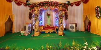 Indische Hochzeitsbühnenbilder mit Innenarchitekturthemen stockfotos
