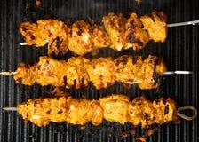 Indische Huhn-Tikka-Kebabs auf Bratpfanne Lizenzfreies Stockbild