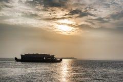 Indische huisboot bij zonsondergang Stock Fotografie