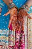 Indische huwelijksbruid die henna van toepassing geweest krijgt Stock Afbeelding