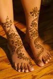 Indische huwelijksbruid die henna van toepassing geweest krijgt Royalty-vrije Stock Foto