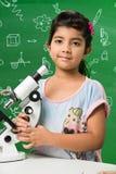 Indische jonge geitjes en wetenschap royalty-vrije stock foto