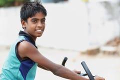 Indische Jonge Jongen met fiets stock foto