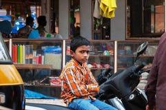 Indische jonge jongenszitting op de fiets bij de markt van Russell in Bangalore royalty-vrije stock foto
