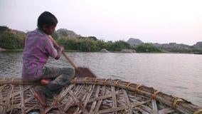 Indische jongen bij Hampi-rivier stock video