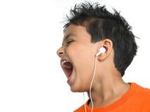 Indische jongen die van muziek geniet royalty-vrije stock afbeeldingen