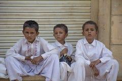 Indische jongen drie in jaisalmerstraat stock afbeeldingen