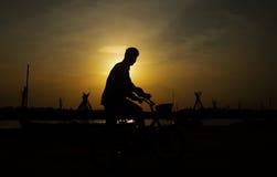 Indische Jongen met Cyclus stock foto