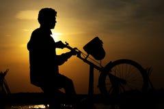 Indische Jongen met Cyclus royalty-vrije stock foto's