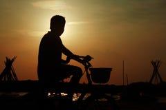 Indische Jongen met Cyclus royalty-vrije stock fotografie