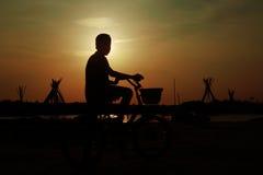 Indische Jongen met Cyclus stock foto's