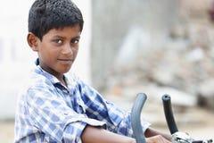 Indische Jongen met Cyclus royalty-vrije stock foto