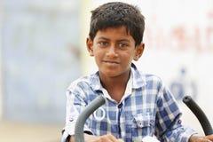 Indische Jongen met Cyclus stock afbeeldingen