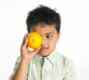 Indische jongen met sinaasappel royalty-vrije stock afbeeldingen