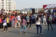Indische jongeren die op de open weggebeurtenis dansen Stock Foto