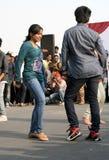 Indische jongeren die op de open weggebeurtenis dansen Stock Foto's