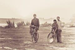 Indische Jungen auf den Fahrrädern Stockfoto