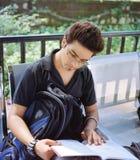 Indische kerel die een boek bestuderen. Stock Foto