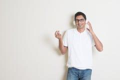 Indische kerel het luisteren muziek Stock Foto's