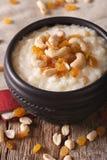 Indische keuken: kheer rijstebrij met noten en rozijnen dicht-u royalty-vrije stock afbeelding
