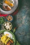 Indische keukenmaaltijd in kommen met kruiden op donkere rustieke achtergrond, hoogste mening stock foto