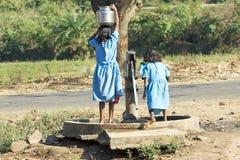 Indische Kinder an der Wasserpumpe Stockbilder