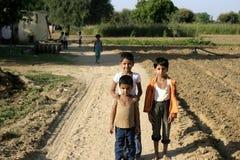 Indische Kinder an einem Dorf Stockfotografie