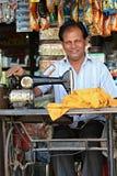 Indische kleermakers die aan de straten werken Het fotograferen van 1 November, 2015 in Ahmedabad, India Stock Fotografie