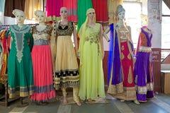 Indische kleren voor verkoop bij de Nieuwe Markt, Kolkata, India Stock Afbeeldingen