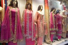 Indische kleren voor verkoop dichtbij de Nieuwe Markt, Kolkata, India Royalty-vrije Stock Foto