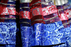 Indische kleurrijke kleding met parels en kristallen bij de markt van het cultuurfestival Stock Fotografie
