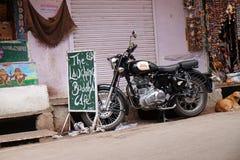 Indische Koninklijke Enfield 350 Schrijver uit de klassieke oudheid bij de straat van Pushkar, India Stock Afbeelding