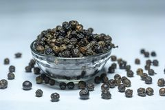 Indische kruid-Zwarte die Peper op een Glaskom op Witte Achtergrond wordt geïsoleerd stock foto's