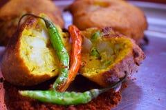 Indische kruidige vada van de snel voedselaardappel stock fotografie