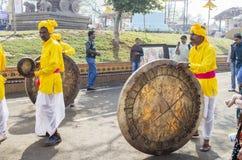 Indische kunstenaars die traditionele trommels spelen Royalty-vrije Stock Foto's