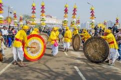 Indische kunstenaars die traditionele trommels spelen Stock Fotografie