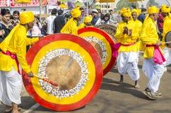 Indische kunstenaars die traditionele trommels spelen Stock Afbeeldingen