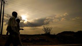 Indische Landbouwers die huis van landbouwbedrijven terugkeren stock afbeelding