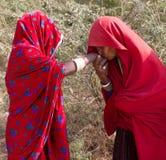 Indische Landfrauen in einem Dorf von Rajasthan Stockfotos