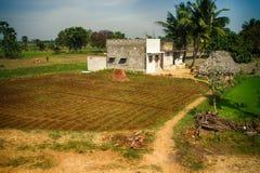 Indische landwirtschaftliche Nutzflächen mit Häusern von ryots Stockfoto