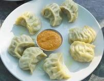 Indische Lebensmittel Ð ¼ Ð ¾ Ð ¼ Ð ¾ Currysoße zu einer Platte Lizenzfreie Stockfotos