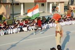 Indische Leute, die am Inder - pakistanische Grenze während der täglichen GrenzAbschlussfeierlichkeit, Attari feiern Stockfoto