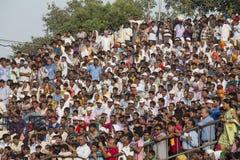 Indische Leute, die sich vorbereiten, den Tagesabschluß des Inders zu feiern - pakistanische Grenze ATTARI, INDIEN Stockbilder
