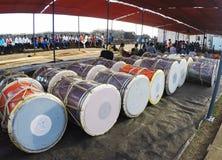 Indische Leute, die Trommeln spielen und Festival genießen Lizenzfreies Stockbild